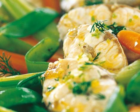 Branzino con verdure al vapore e salsa al basilico